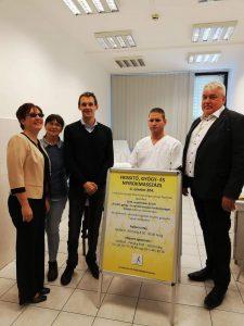 A fotón (balról jobbra): Fodor Ágnes, Kis Erika, Hevér László György, Újvári Ferenc és dr. Nagy András Csaba áll a felhívó táblák mellett.