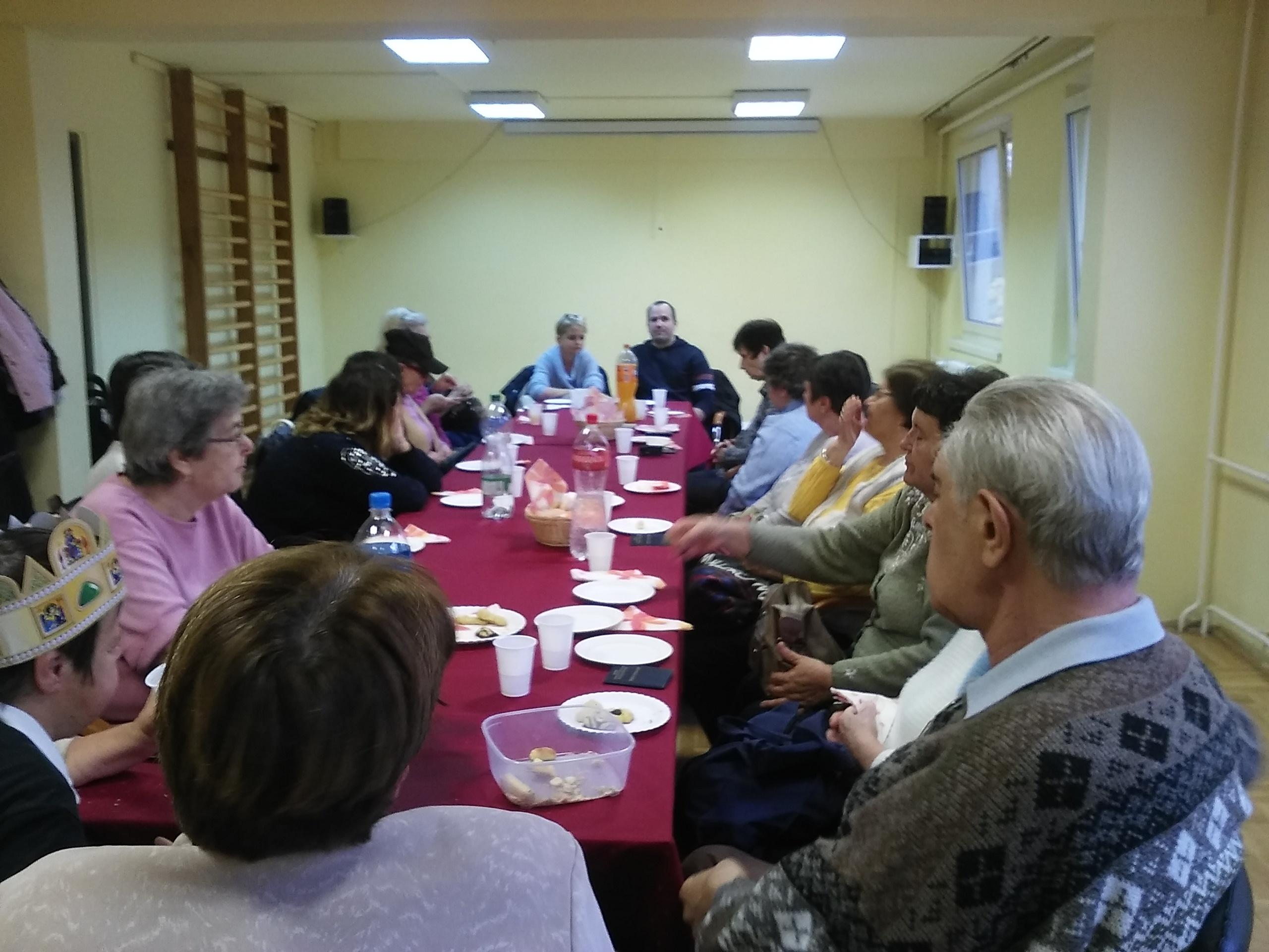 A képen a klubtagok és az ügyfélszolgálat munkatársai, Rádi Anna és Benke Richárd láthatók.