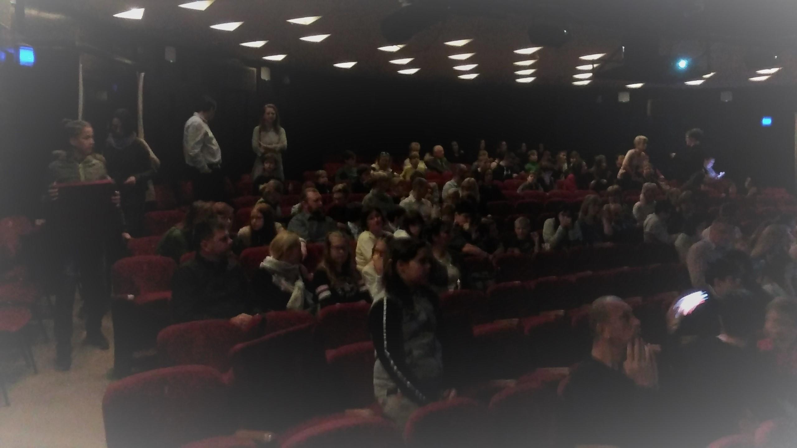 A klubtagok a színházban