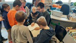 Juhos Róbert kollégánk Braille könyvből olvas.
