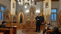 Zuró József parókus az ikonosztáz mellett áll.