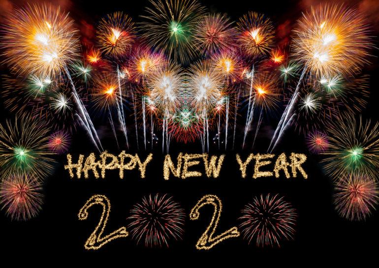 A képen a Happy New Year! 2020 felirat látható, fölötte sárgás színű tűzijáték. Az évszámban a két 0 is tűzijáték.