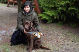 A képen dr. Lukács Réka látható Lédi vakvezető kutyájával.