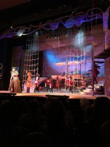 A képen a színpad látható.