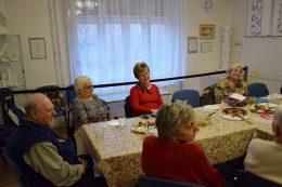 A reménysugár klub és a rákosmenti Lámpás Klub tagjai az asztal körül ülnek.