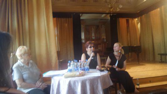 A képen az elnöki asztal látható Fodor Ágnes elnökkel, Mészáros Ágnes alelnökkel és Ádámné Szladovits Valériával.