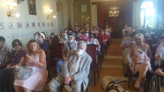 A képen a tagok láthatók, akik részt vettek a közgyűlésen.