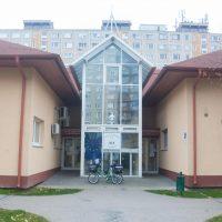 A képen a klubnap helyszíne (Kispesti Szociális Szolgáltató Központ) látható.