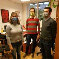 A kutatási projektben dolgozó közlekedésmérnökök és a VGYKE egyik munkatársa látható a képen a kérdőív kitöltését követően. Mindannyian maszkot viselnek.
